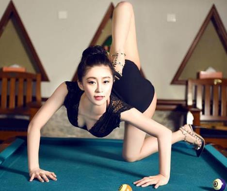 女演员两条大白腿腿架在肩上是怎么练的?