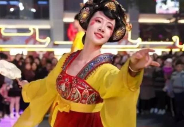 西安大唐不夜城不倒翁姐姐在哪里表演?